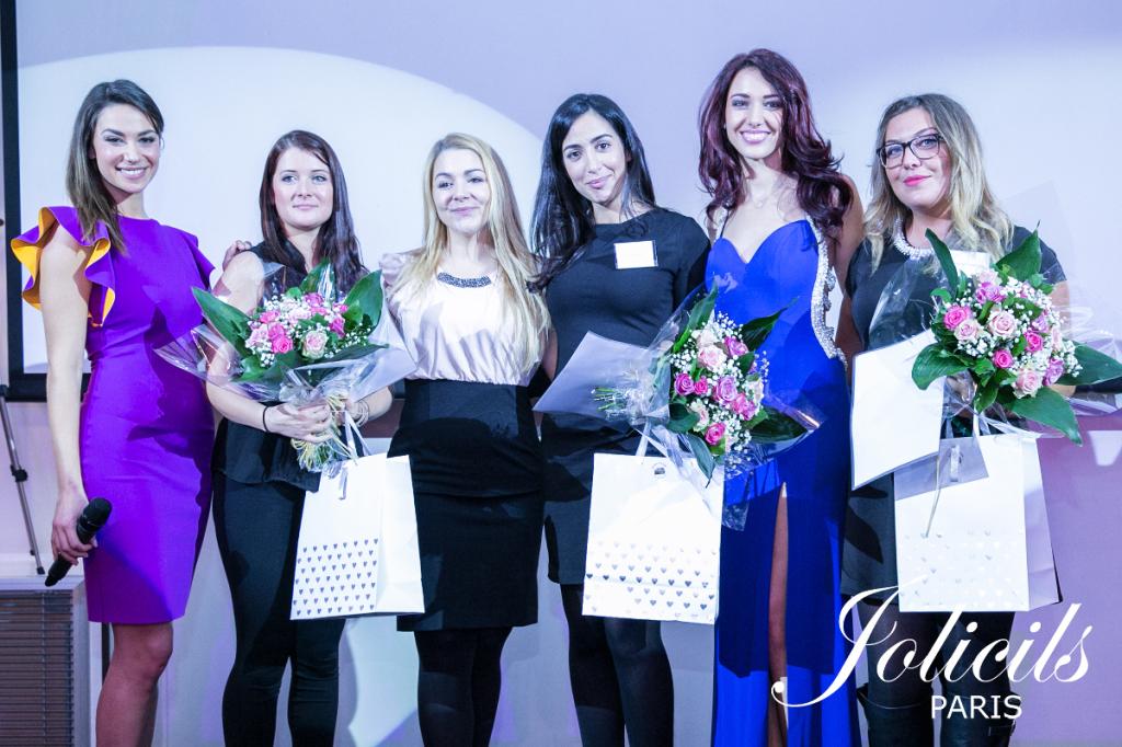 de gauche à droite : Clio Pajczer (présentatrice), Clémence Poudensan (3e Technicienne de France), Juliette Bredèche (fondatrice de la marque JOLICILS), Sofia Sadou (1ère Technicienne de France), Delphine Wespiser (Marraine du Golden Lash), Rachel Hadjedj (2e Technicienne de France)